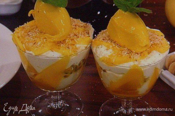 Верхний слой : немного пюре и крошка савоярди. Украшаем мятой. У меня последним аккордом является манговое сорбе. Для сорбе понадобится 2 листика желатина (его замочить в холодной воде). Мякоть 2 спелых манго пюрировать в блендере с 100 мл мангового сока и 100 г сахара. Можно добавить сок 1 лимона. Перложить смесь в кастрюльку и нагреть(не кипятить). Растворить в манговой смеси желатин и поместить в машинку для мороженого или в морозилку мин. на 6 часов, ежечасно интенсивно помешивая.
