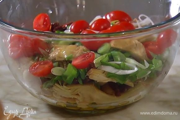 К гороху с артишоками добавить вяленые помидоры, зеленый лук, черри и петрушку.