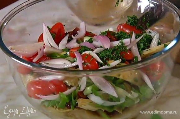 Шалот, слив маринад в другую емкость, добавить в салат.