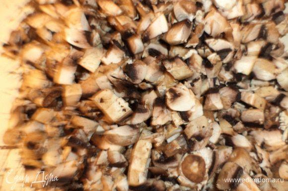 Шампиньоны, луковицу и болгарский перец нарезать маленькими кубиками. Зелень мелко нарезать.