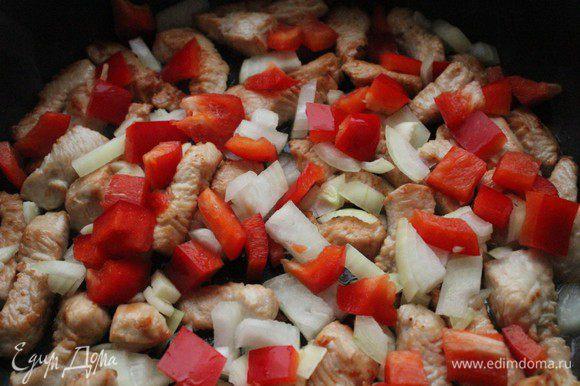 Добавить лук, чеснок и болгарский перец. Обжарить еще 3 минуты, постоянно помешивая.