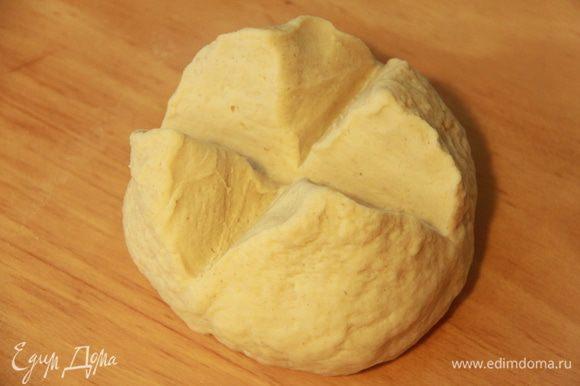 Сформировать шар и ножом сделать надрез в виде креста. Убрать тесто в миску, накрыть плёнкой, оставить на подъём в холодильнике на ночь.
