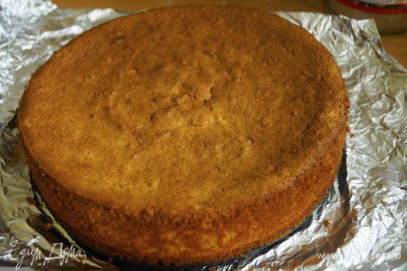 Готовый пирог достаем из духовки, даем немного остыть, снимаем форму и остужаем полностью.