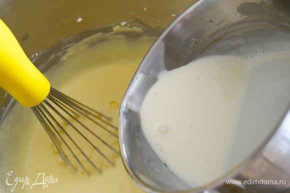 Затем влить сливки с желатином и перемешать.