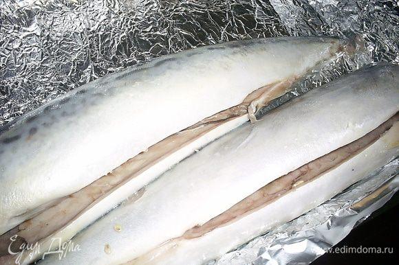 Нам понадобится свежая или предварительно размороженная скумбрия. Рыбу моем, удаляем голову и внутренности. Тушки натираем солью и лимонным соком (примерно 1,5 ст.л.) внутри и снаружи. Отправляем в прохладное место мариноваться 10-15 минут.