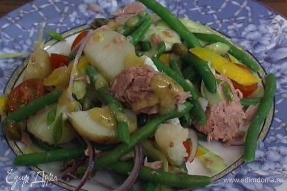 Полить салат заправкой и подавать.