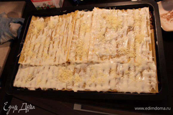 Завершающий слой-листы лазаньи+сырный соус. Отправляем в духовку на 25 минут при температуре 190 градусов.