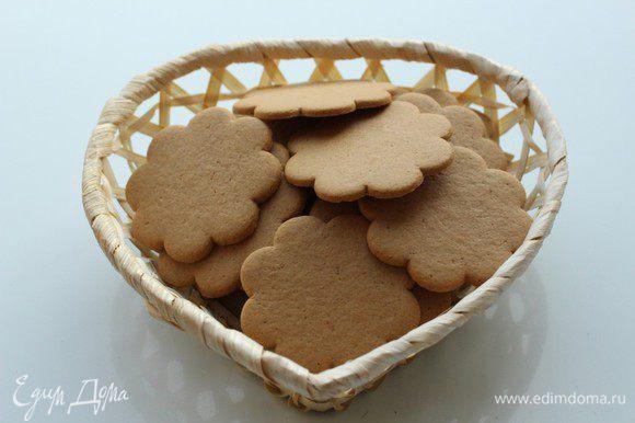 Я использовала для приготовления основы для чизкейка имбирно-коричное печенье. Если у вас обычное печенье, то в него можно добавить любые специи, которые вам нравятся - корицу, имбирь, гвоздику, кардамон и др.