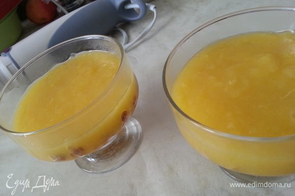 Заливаем печенье чуть остывшим лимонным кремом... Ставим охлаждаться.