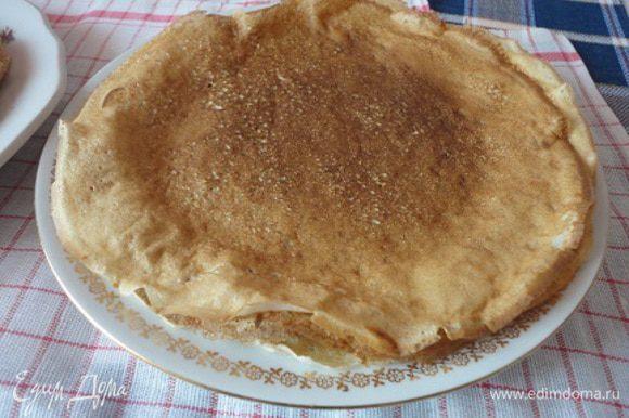 Я обычно выпекаю большие блины, которые едим без начинки, а с вареньем, сметаной, медом - кому что нравится.