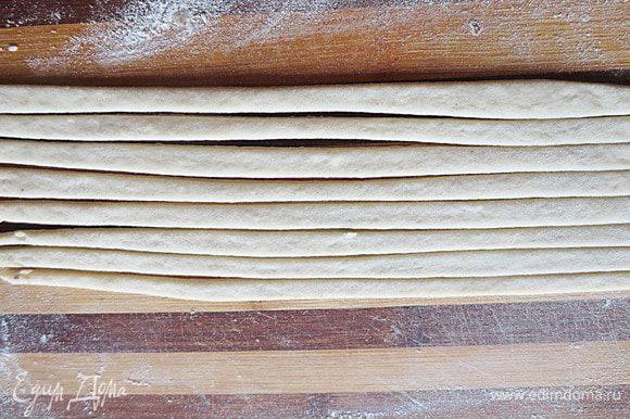 Из другой части теста раскатать лист и нарезать полоски шириной 0.8 мм