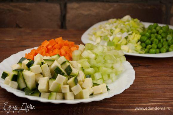 Горошек слегка бланшировать в соленой воде. Очистить все овощи (кроме помидоров) и нарезать мелкими кусочками.