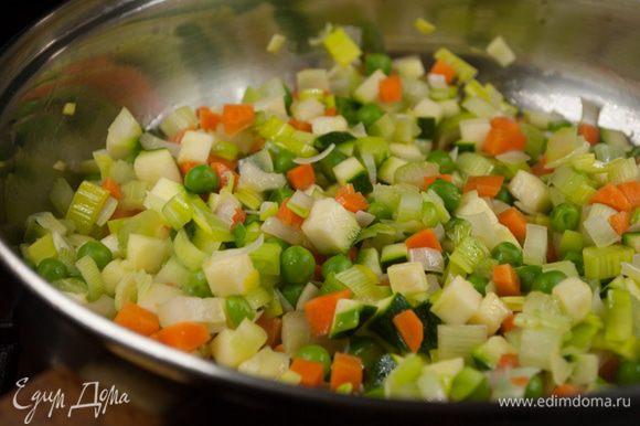 Поставить кастрюлю с оливковым маслом на средний огонь и выложить овощи. Готовить несколько минут до золотисто-коричневого цвета, а затем влить в кастрюлю горячий овощной отвар.