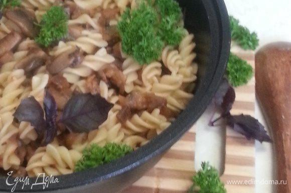 Отваренные фузилли добавляем к овощам, перемешиваем и сразу подаем на стол. Не забыв украсить свежей зеленью!