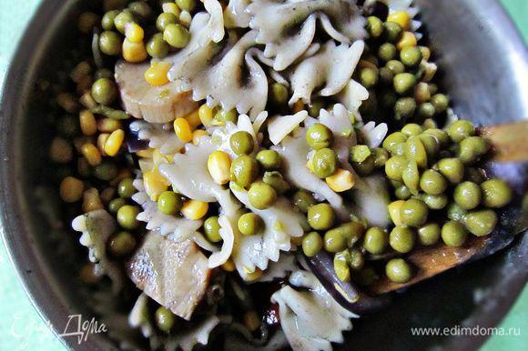 Воду из баночки с кукурузой и из баночки с горошком слить. Кукурузу и горошек добавить к пасте.