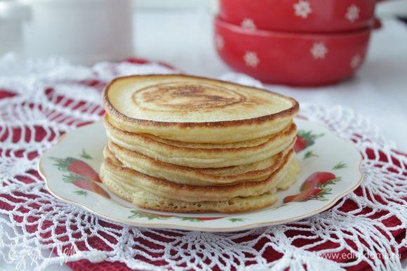 Ложкой выкладывать тесто на сковороду и обжаривать панкейки до готовности.