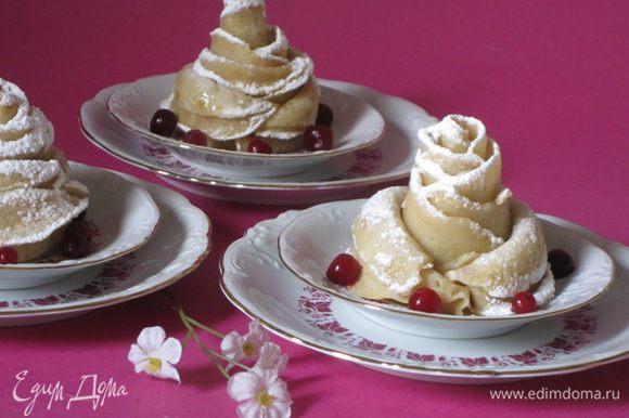 Разложить по тарелочкам и украсить ягодами.