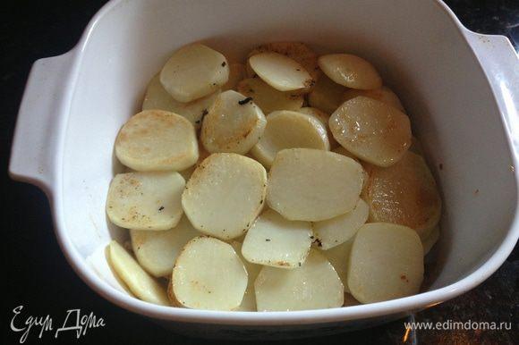 Уложить свинину в жаропрочную кастрюлю (с крышкой) и разрезать её на более мелкие куски (чтобы легче было выкладывать в тарелки в конце). На мясо выложить поджаренный картофель и посолить по вкусу.