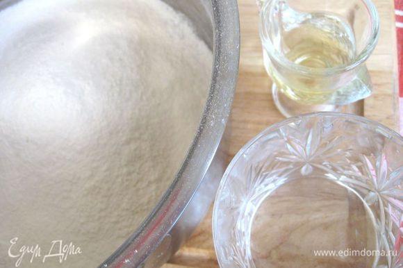 Приготовить все необходимое. Дважды просеять в миску муку с солью, добавить оливковое масло и постепенно влить теплую воду (температура тела). Замесить тесто деревянной лопаточкой. Если тесто покажется крутым, добавить немного воды ( добавляйте по 0.5 ст.л.).