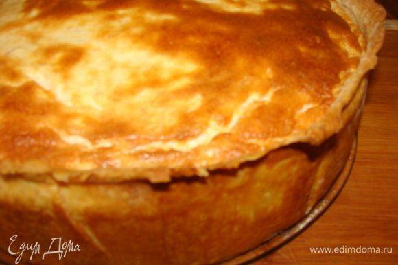 Это тот же пирог, только высокий и сверху без полосочек теста. Разреза к сожалению нет) Фото еще горячего пирога, потом он несколько осядет и будет немного влажный внутри.