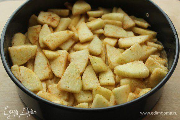 Ровным слоем выложить яблочную начинку...