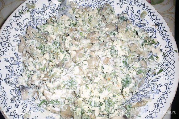 Тем временем приготовим начинку. На крупной терке натираем плавленый сыр, добавляем мелко нарезанные петрушку и укроп, обжаренные грибы, сметану и перемешиваем до однородности. Начинка готова! Главное не съесть ее сразу)))