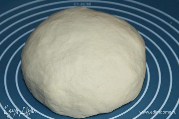 Этого времени хватило, чтобы тесто стало гладким. Вынимаем из хлебопечки тесто, формируем шар.