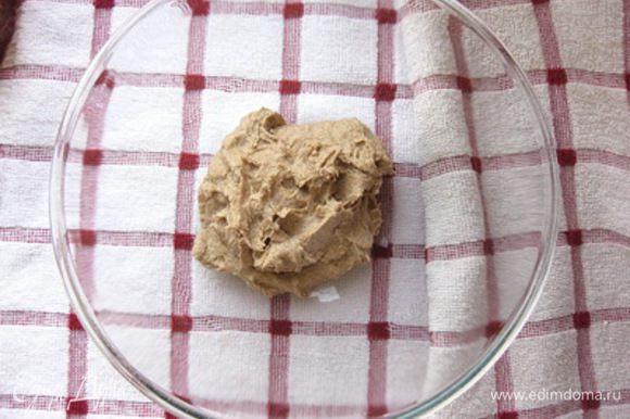 Для приготовления закваски налить в стеклянную миску теплую воду, всыпать дрожжи и дать им разойтись. Затем всыпать сахар и ржаную муку. Тщательно перемешать до однородного состояния, накрыть миску пищевой пленкой и убрать в теплое место. Через три часа закваску перемешать. Общее время брожения закваски - 18 часов.