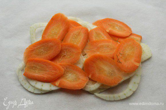 На лист пергамента выложить фенхель и морковь...