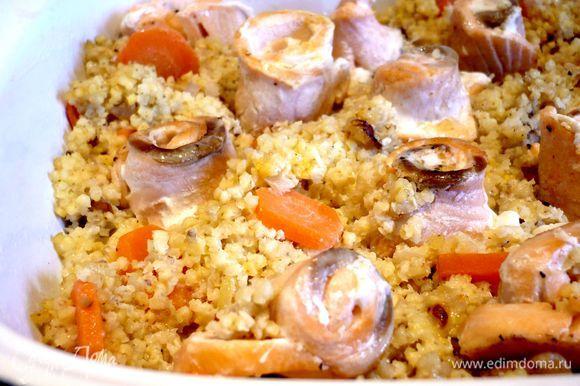 Духовку разогреем до 120 градусов. Филе семги нарежем тонко и свернем рулетиками (для этого филе удобнее всего немного подморозить в морозилке), обжарим в оливковом масле, посолим поперчим и сбрызнем лимонным соком. Выложим пшено с морковкой и луком в смазанную маслом форму для выпечки, сверху — рулетики из семги, зальем сливками, смешанными с морковным молоком. Ставим в духовку, накрыв листом пергамента, на полчаса. Подаем запеканку, присыпав каперсами. Приятного аппетита!