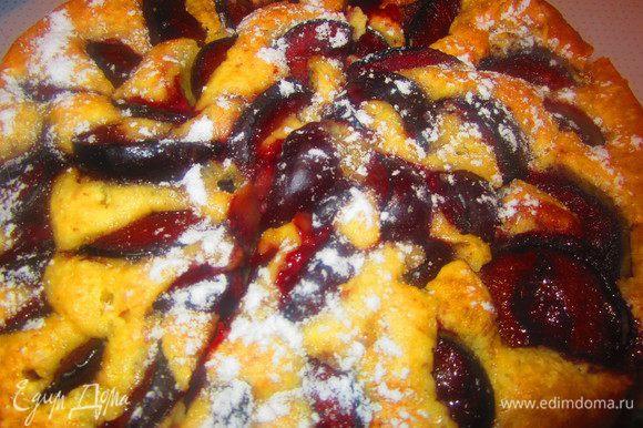 Готовый сливовый пирог вынуть из духовки и посыпать сахарной пудрой. Приятного аппетита!