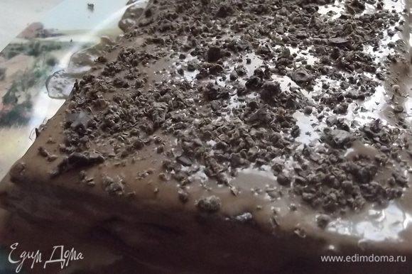 Приготовить крем. Шоколад разломить на кусочки, немного можно оставить для посыпки верха ( по желанию). Ингредиенты для крема смешать, до загустения сварить на небольшом огне, постоянно помешивая, охладить. Собрать тортик, промазывая каждый слой кремом.