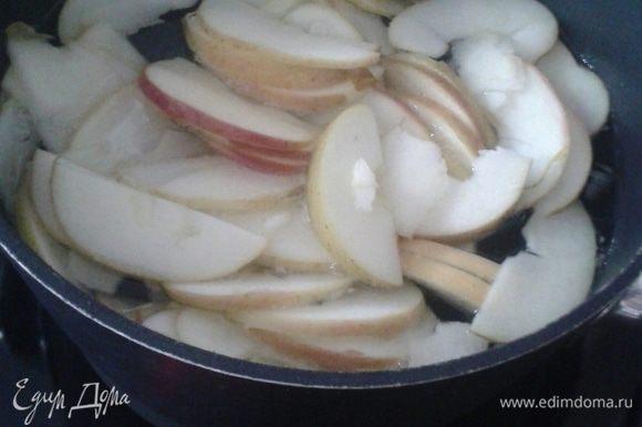 В один литр воды добавить 3 ложки белого сахара. Воду закипятить, затем опустить яблоки и проварить 3 минуты несколькими партиями.
