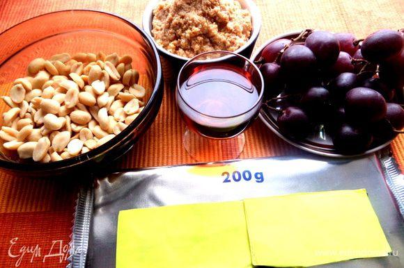 Продукты...Сначала я приготовила орехи для обсыпки,но потом лень стало их мельчить и взяла другой вариант))