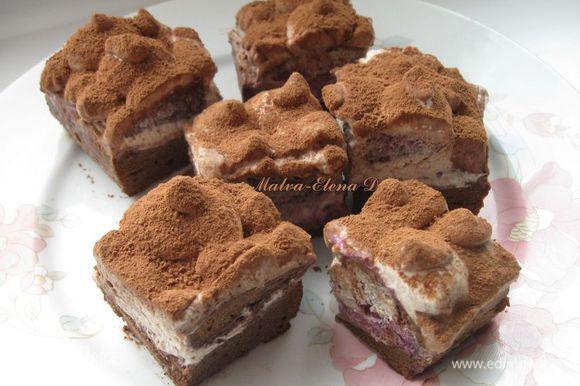 Затем вынуть из холодильника и нарезать сухим теплым ножом на прямоугольные пирожные. Сверху присыпать порошком какао. Приятного аппетита!