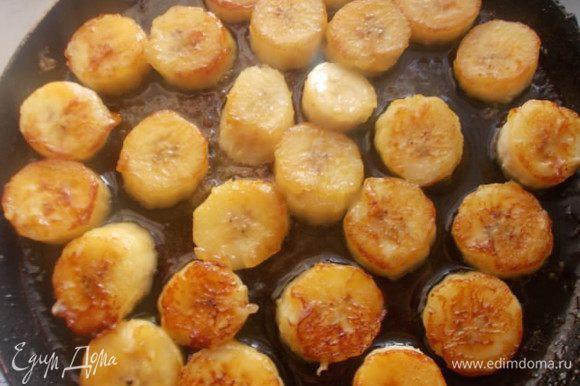 Бананы,порезать кружочками и сбрызнуть соком лимона. Сливочное масло растопить и добавить сахар,когда начнет кипеть,выкладываем бананы и обжариваем с двух сторон.