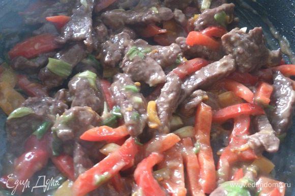 Выложить в соус мясо с овощами.