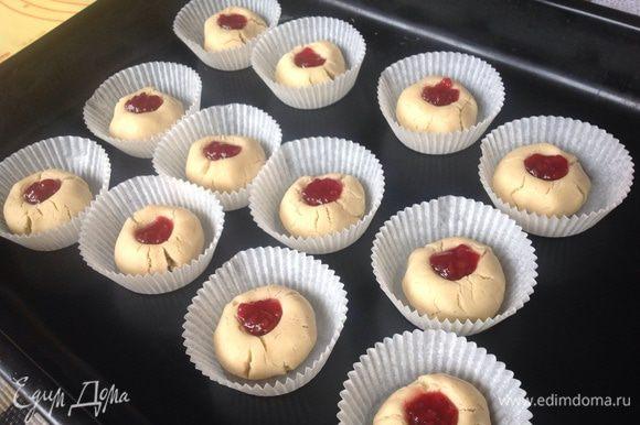 Маленькой ложечкой разложить малиновое варенье, на каждую печенюшку и в духовку при 200 гр.на 12 минут.