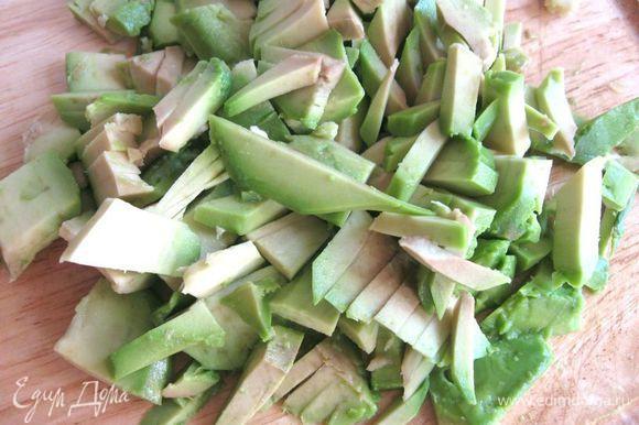 В миску выдавить сок пол - лимона. Положить лук, яблоко, сельдерей, каперсы, перемешать. Авокадо разрезать пополам, удалить косточку, почистить, порезать на ломтики средней толщины.