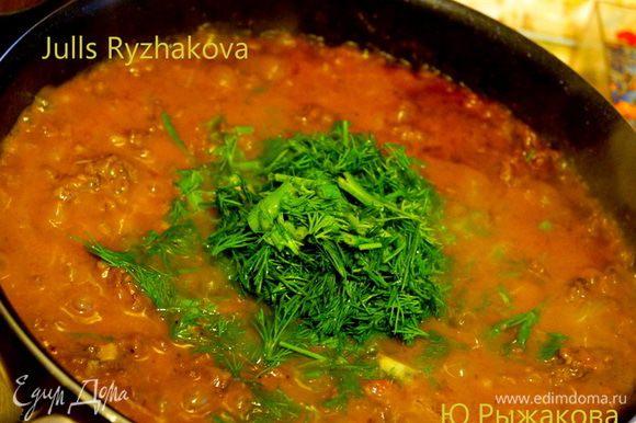 Добавляем натертые помидоры, томатную пасту и вино на сковороду. Перемешиваем. Добавляем мелко порубленную зелень.