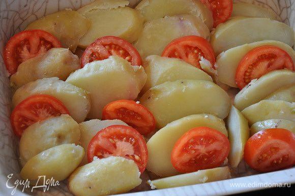 Картофель и помидоры порезать толстыми кружочками и уложить в керамическую форму. Немного посолить.