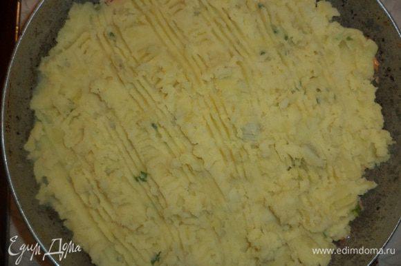 Сверху ровным слоем выложить картофельное пюре, разровнять и сделать вилкой на поверхности узоры. Запекать 30 минут.
