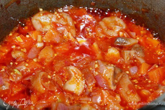 К протушенным овощам добавляем нашу томатную заливку. Готовим минут 5.