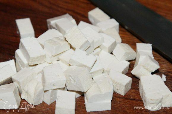 В это время сыр тофу нарезаем кубиком.