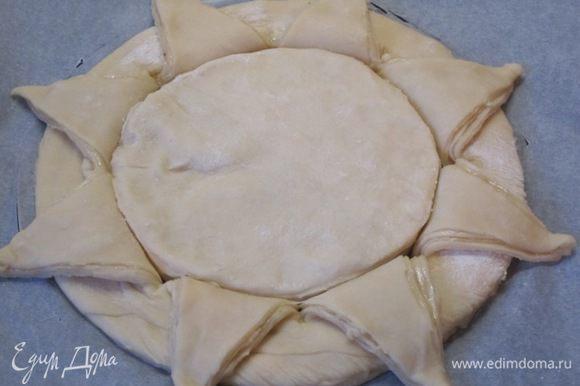 Стопку смазанных маслом кругов диаметром 16 см выложить в середину большого круга.