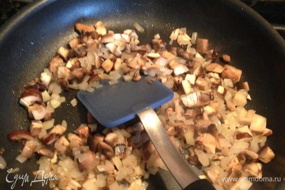 Отварить рис до готовности. Лук мелко нарубить, грибы порезать небольшими кусочками и пассеровать их на растительном масле минут 5-7.