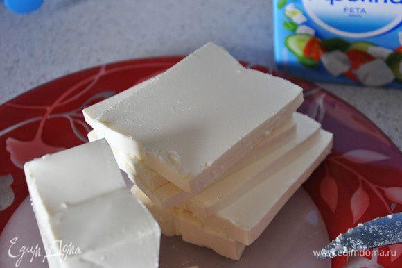 Фету нарезать треугольниками. Так удобнее выкладывать на тесто.