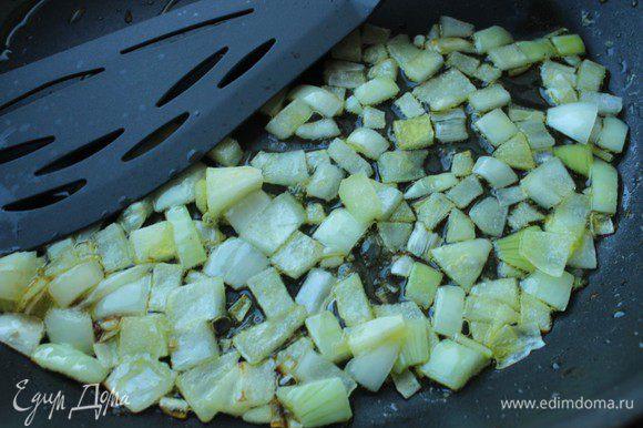 Лук порубить и слегка обжарить на оливковом масле.