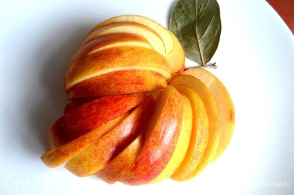 """Яблоки нарезать на ломтики...Тут я поигралась с яблочком и получилась композиция,которую назвала """"яблочное сердце""""...,оно ушло на конкурс!"""