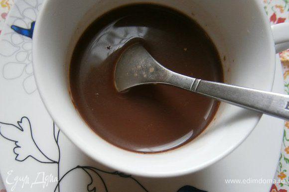 В чашку налить полпорции сваренного кофе, выложить туда же сгущенное молоко с какао и кориандром, и тщательно перемешать.